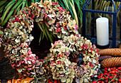 Kränze aus getrockneten Hortensienblüten