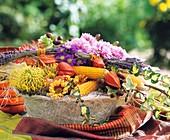 Sisalschale mit Maiskolben und Herbstblumen