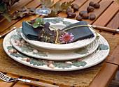 Herbstliche Tischdeko: Eichelgeschirr mit Serviettendeko