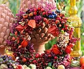 Kranz aus Hagebutten, Schlehen, Erica und Lampionblumen