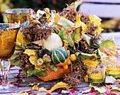 Herbstdeko mit Kürbissen, Haselnuss und Baumhasel