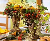 Gestecke mit Zierkürbissen, Waldreben, Kastanien & Hagebutten
