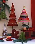 Weihnachtsbäume, Schlitten und Zweige