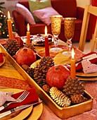 Ungewöhnlicher Adventskranz mit Kerzen auf Kiefernzapfen