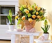 Frühlingsstrauss aus Tulpen & Schneeball, daneben Hyazinthe