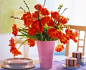 Tulpenstrauss mit Kirschzweigen
