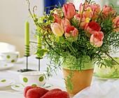 Tulpenstrauss mit Efeu und Zierspargel