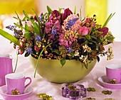 Schale mit Hyazinthen, Tulpen, Traubenhyazinthen, Waxflower und Lorbeerschneeball