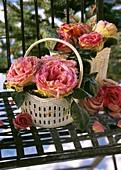 Körbchen mit Rosenblüten im Rauhreif