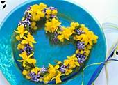 Herz aus Narzissen, Traubenhyazinthen und Mimosen