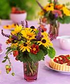 Strauss aus Sonnenhut, Sonnenblume, Erdbeeren und Dill