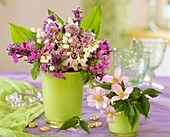 Frühlingsstrauss mit Maiglöckchen als Tischdeko