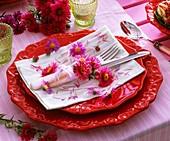 Serviettendekoration mit Blüten von Astern