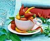 Peperoni und Chili in rosa Espressotasse