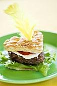 Herzförmiger Hamburger mit Feder dekoriert