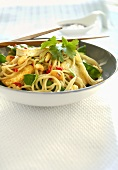 Fried egg noodles with tofu, mangetout and garlic