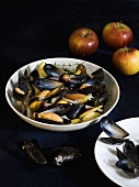 Normandy mussels with onions, apples and thyme