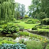 Sommerlicher Garten mit Teich