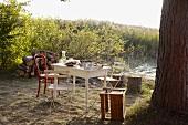 Gedeckter Tisch am See