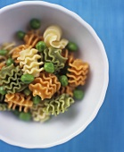 Three-coloured pasta with peas