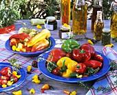Verschiedene Paprika- und Chilischoten & selbst gemachte Öle