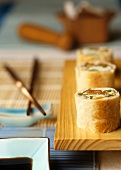 Teigröllchen mit Kokosfüllung nach Sushi-Art