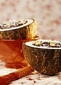 Schokocreme mit Kokos und Mango in ausgehöhlter Kokosnuss