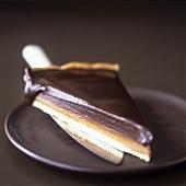 Ein Stück Schoko-Karamell-Tarte