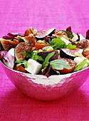 Mediterraner Salat mit Feigen und Schafskäse