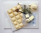 Ravioli mit Zutaten (Chili, Butter, Rosmarin, Parmesan)