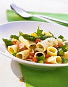 Rigatoni with green asparagus, rocket and tomatoes