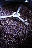 Kaffeebohnen werden gemahlen