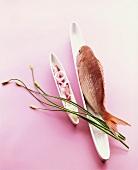 Rotbarbe, Algensalat und Schnittlauch