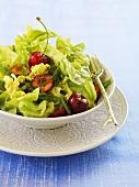 Eichblattsalat mit frischen Kirschen und Curry-Dressing