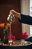 Marokkanischer Tee wird eingeschenkt