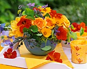 Strauß aus Rosen, Kapuzinerkresse, Mädchenauge und Borretschblüten