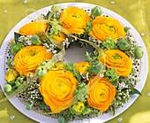 Kranz aus gelben Ranunkeln, Schneeball und Brautspiere