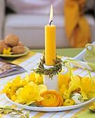 Kerzenhalter mit Kerze, Weidenkränzchen, Narzissen, Ranunkeln