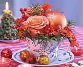 Gesteck aus Rosen, Douglasie, roten Winterbeeren & Baumkugel