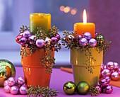 Kerzengesteck mit Eucalyptus und Weihnachtsbaumkugeln