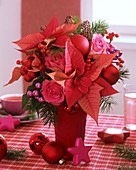 Strauss aus Weihnachtsstern, Rosen, Ilex-Beeren & Baumkugeln