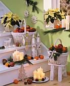 Weihnachtliche Treppe mit Kerzen, Obstkörbchen, Nikoläusen