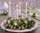 Adventskranz aus grünen Baumkugeln als Kerzenhaltern