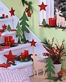 Weihnachtliche Treppe mit roten Kerzen, Holztannenbäumen etc.