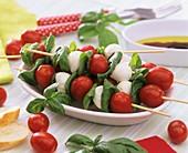 Spiesschen mit Tomaten, Mozzarellakugeln und Basilikum