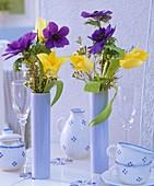 Sträusse aus Kronenanemonen, Tulpen und Wachsblumen