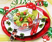 Für Silvester dekorierter Teller mit Salat