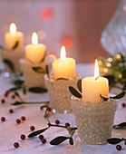 Vier Adventskerzen (weiße Stumpenkerzen mit Misteln, Perlen)