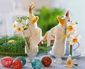 Hühner-Eierwärmer aus Filz mit Sträusschen aus Narzissen