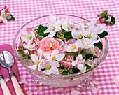 Apfelblüten mit Schwimmkerze in Glasschale